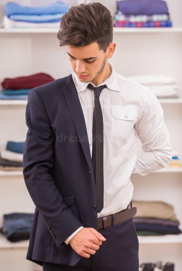 Homem no vestuario imagem de stock royalty free