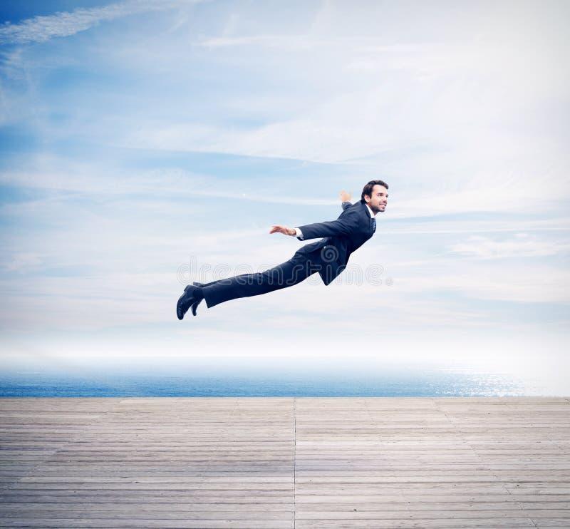 Homem no voo do terno imagens de stock royalty free