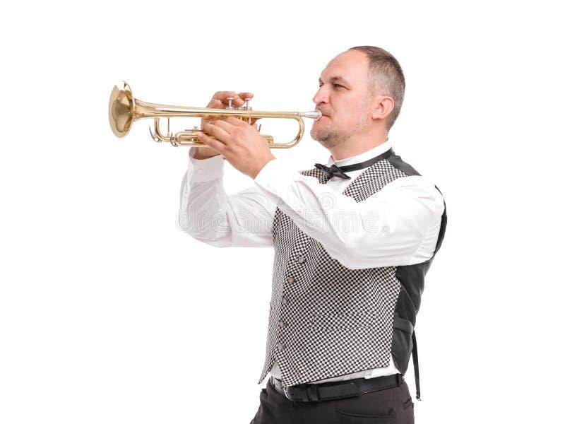 Homem no waistcoat cinzento que joga na trombeta no perfil isolada no fundo branco fotos de stock