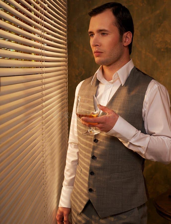 Homem no waistcoat com vidro imagem de stock