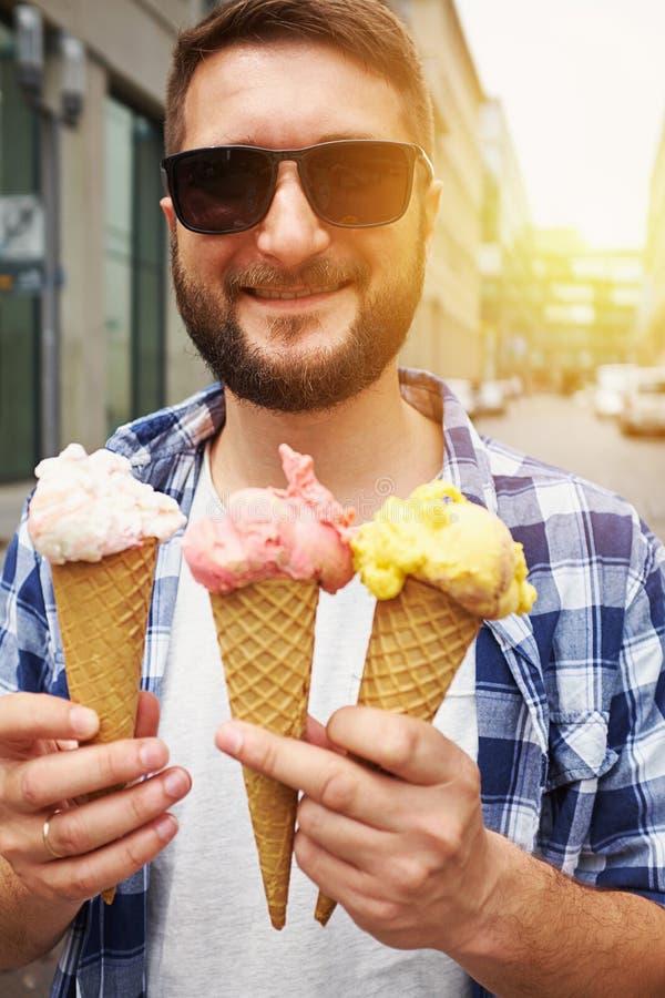 Homem nos óculos de sol com gelado três fotografia de stock