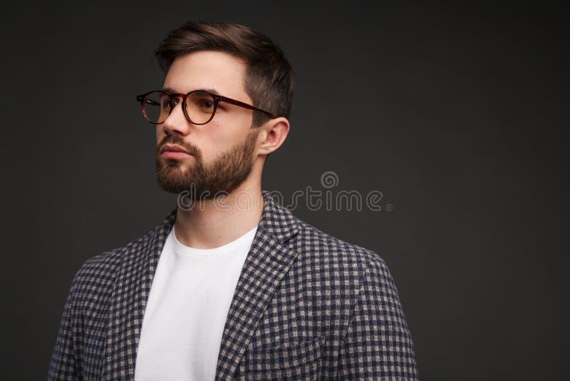 Homem nos vidros e no terno ocasional imagens de stock