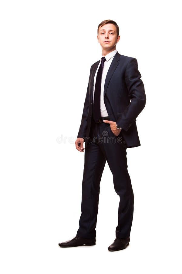Homem novo à moda no terno e no laço Estilo do negócio Homem considerável que está e que olha a câmera fotos de stock royalty free