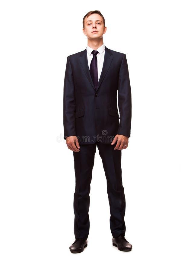 Homem novo à moda no terno e no laço Estilo do negócio Homem considerável que está e que olha a câmera imagem de stock