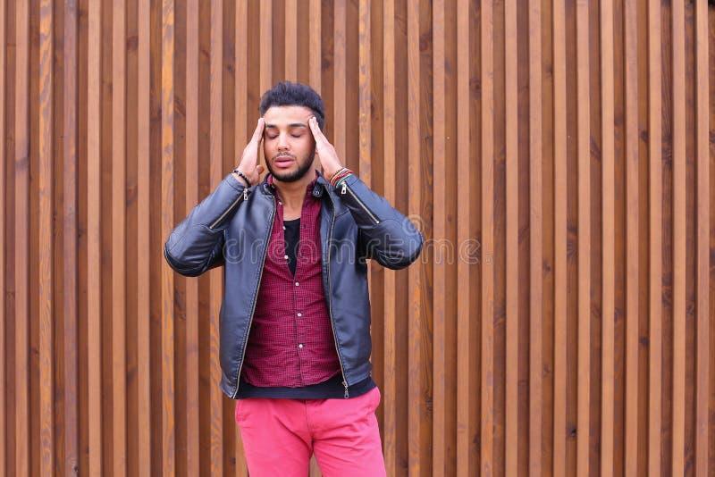 Homem novo árabe atrativo, estudante Feels Headache, com cabeça a imagem de stock