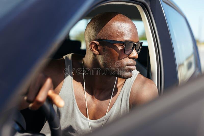 Homem novo africano à moda em seu carro fotos de stock royalty free