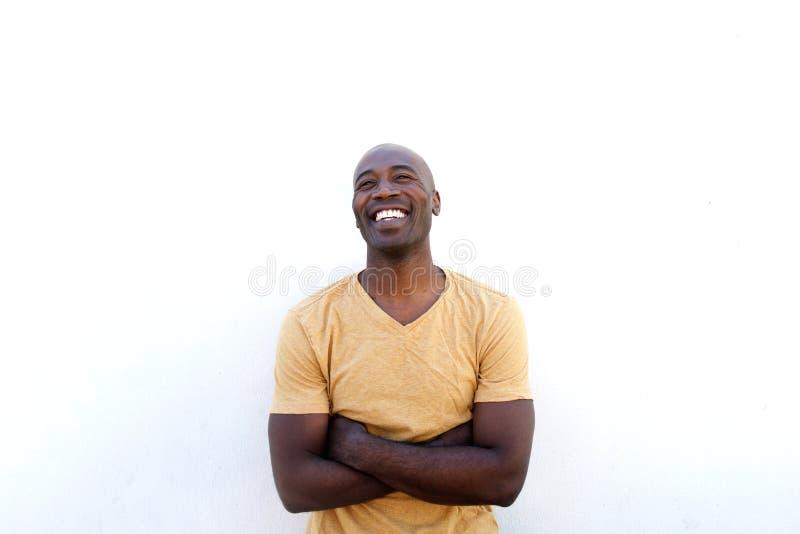 Homem novo alegre com os braços cruzados fotos de stock royalty free