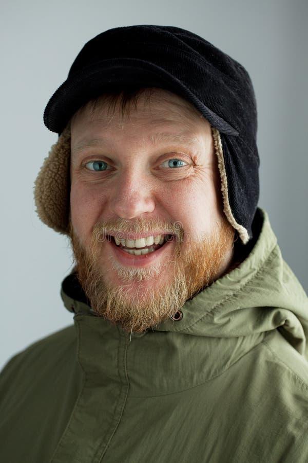 Homem novo alegre em um chapéu fotografia de stock