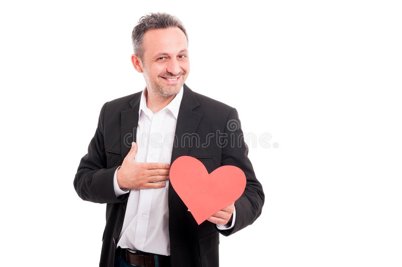 Homem novo alegre que guarda o coração de papel fotografia de stock royalty free