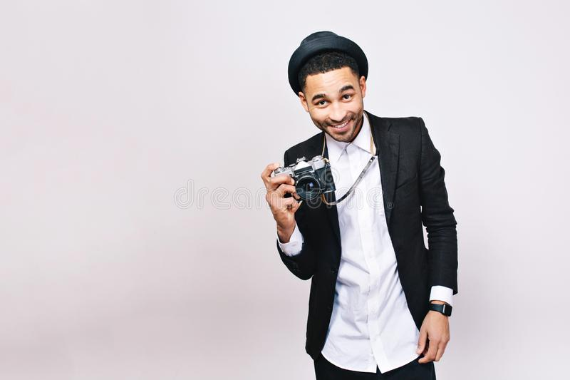 Homem novo alegre sorrido no terno, chapéu no fundo branco Olhar elegante, moderno, turista com a câmera, viajando imagem de stock royalty free