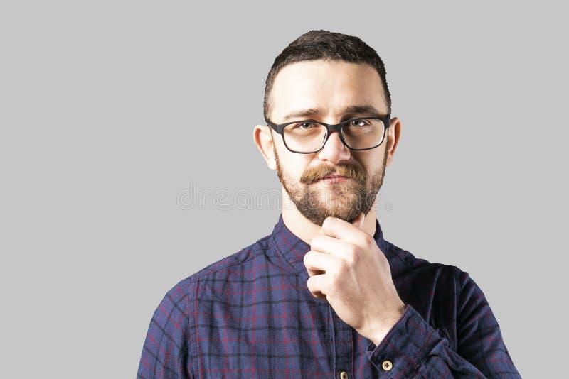 Homem novo apto que levanta sobre o fundo cinzento fotos de stock royalty free
