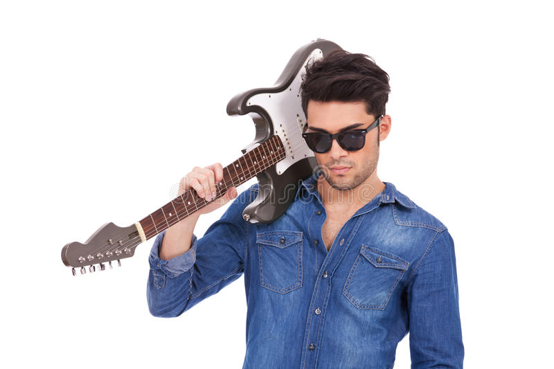 Homem novo arrogante com guitarra fotografia de stock royalty free