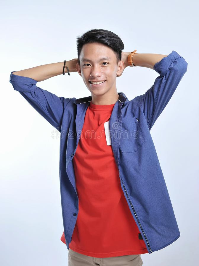 Homem novo asiático da confiança para vestir t-shirt ocasionais com sorriso seguro foto de stock royalty free