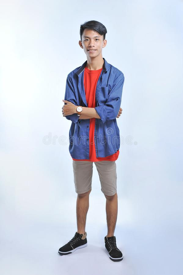 Homem novo asiático da confiança para vestir t-shirt ocasionais com sorriso seguro foto de stock