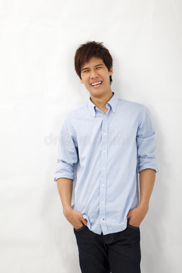 Homem novo asiático de sorriso feliz fotos de stock royalty free