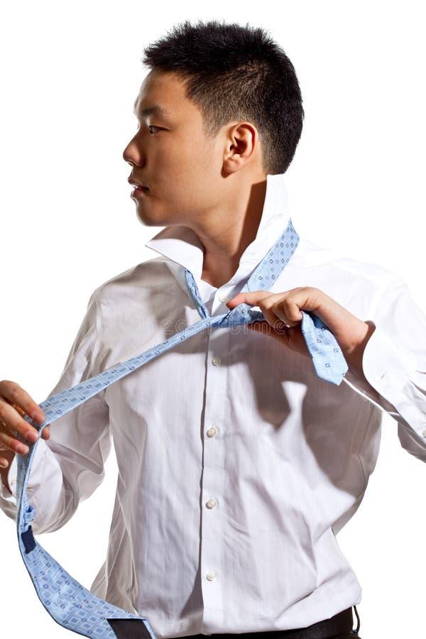 Homem novo asiático que desgasta o laço fotos de stock royalty free