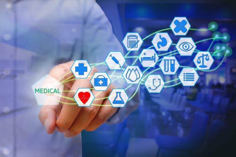 Homem novo asiático que pressiona o ícone médico na tela virtual Healthc fotografia de stock