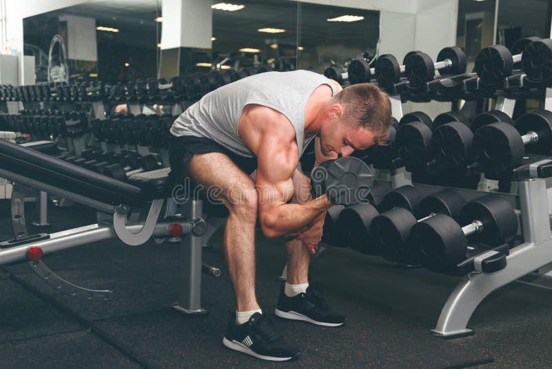 Homem novo atlético forte e considerável com Abs e bíceps dos músculos fotografia de stock royalty free