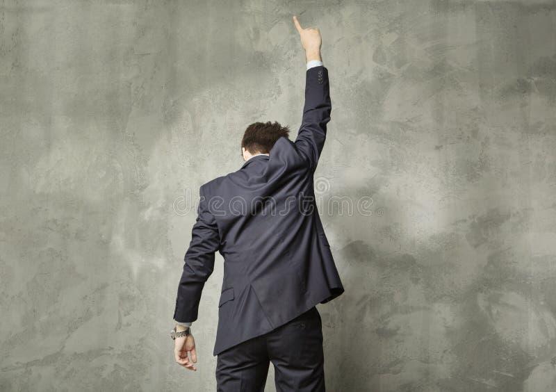 Homem novo atrativo na pose dos succes imagem de stock royalty free