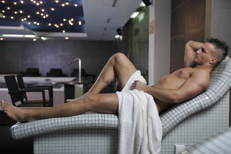 Homem novo atrativo na sauna imagens de stock