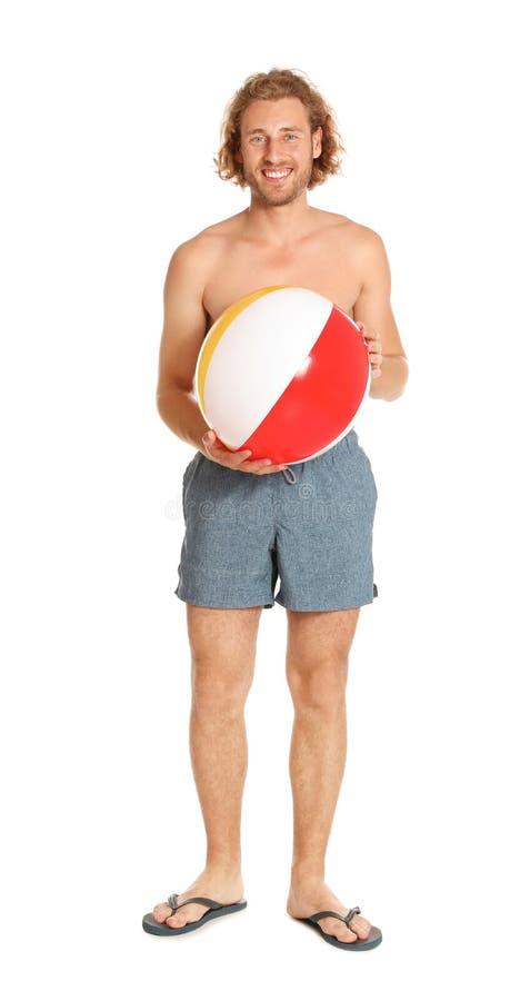 Homem novo atrativo no roupa de banho com a bola inflável colorida foto de stock royalty free