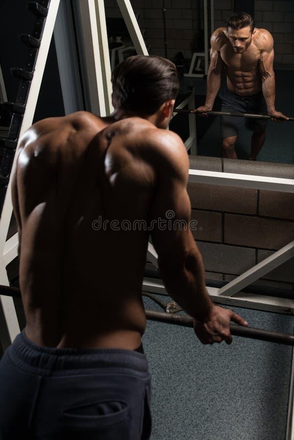 Homem novo atrativo que descansa no exercício de Afther do Gym imagens de stock royalty free