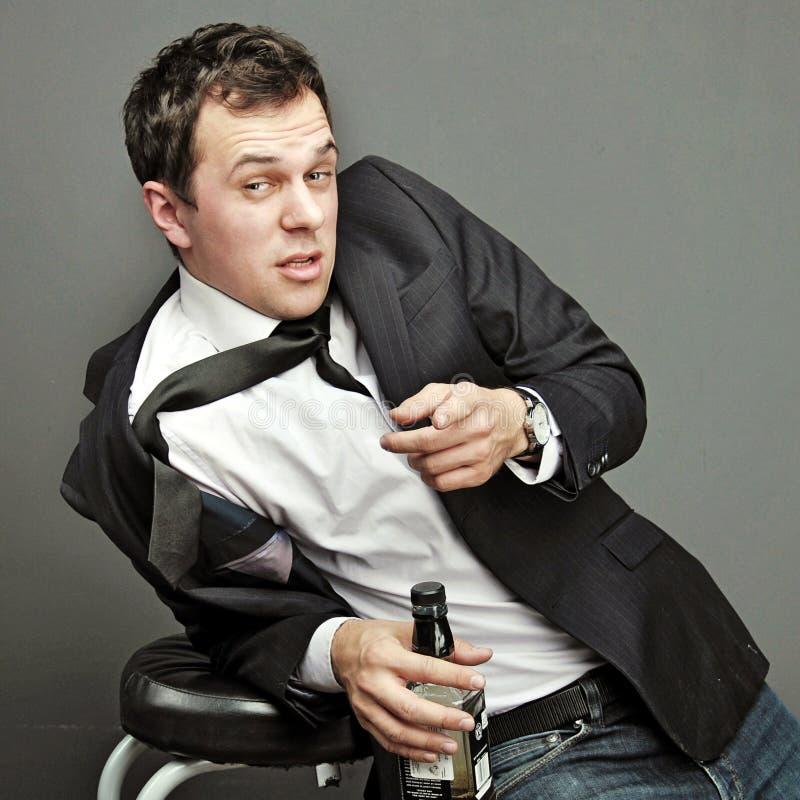 Homem novo bêbado na roupa do escritório foto de stock