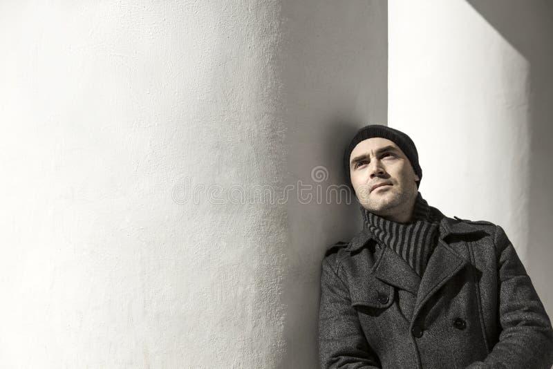 Download Homem Novo Bonito Que Olha Acima Foto de Stock - Imagem de fresco, lifestyle: 29848496