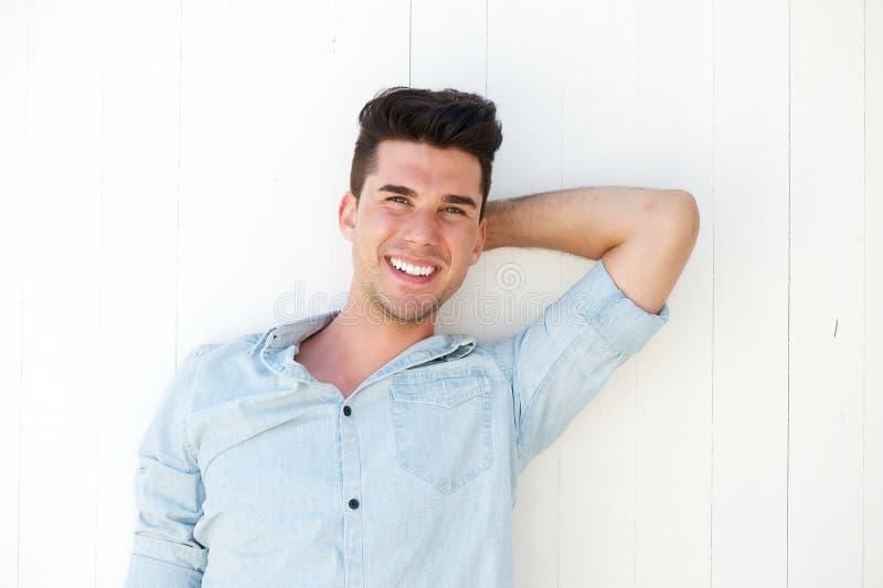 Homem novo bonito que ri fora fotografia de stock