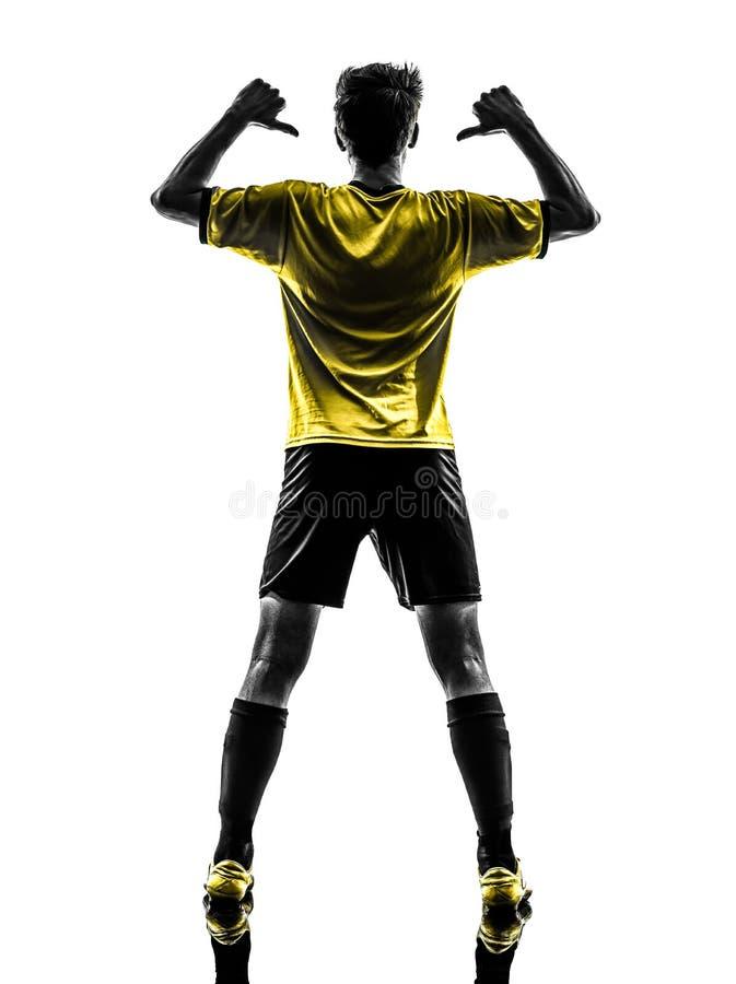 Homem novo brasileiro po de jogador de futebol do futebol do retrato da vista traseira imagens de stock