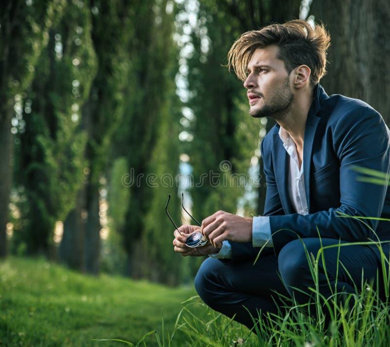 Homem novo, calmo que aprecia as horas de verão fotos de stock royalty free