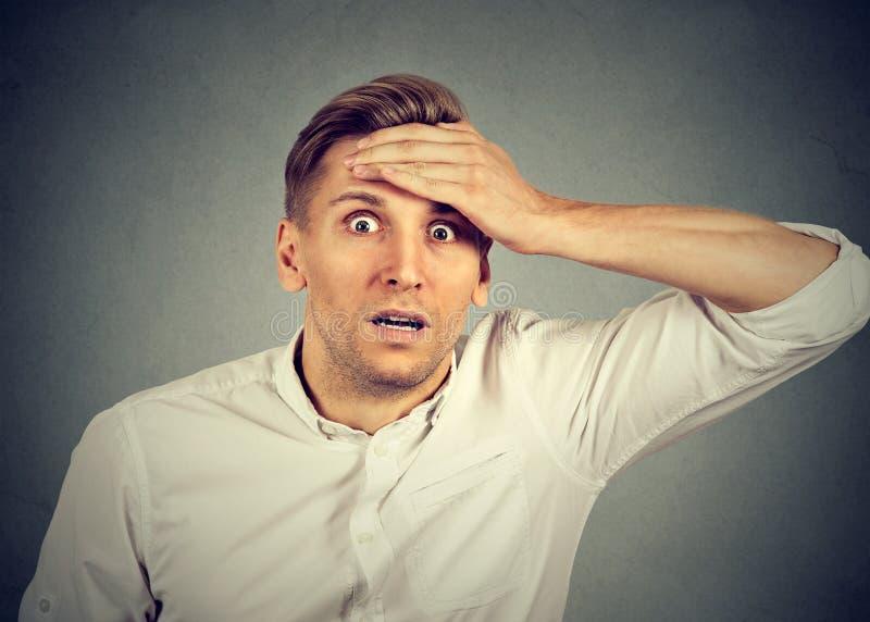 Homem novo chocado que olha a câmera foto de stock royalty free
