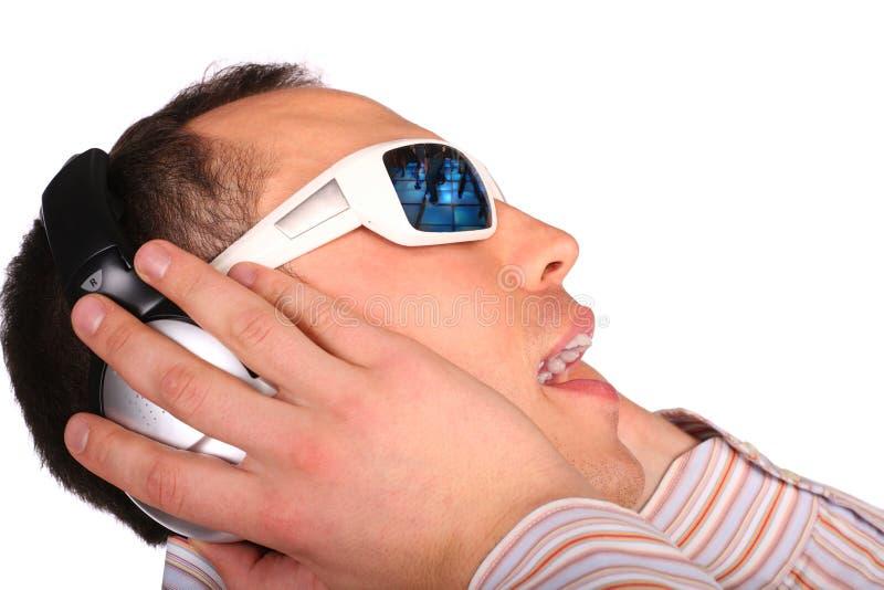 Homem novo com óculos de sol imagens de stock royalty free