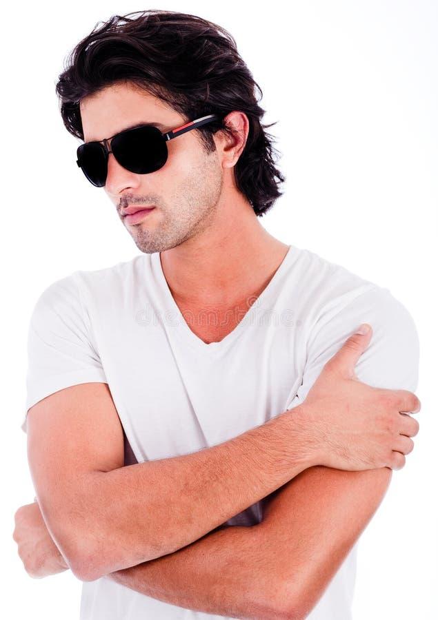 Homem novo com óculos de sol pretos fotografia de stock royalty free