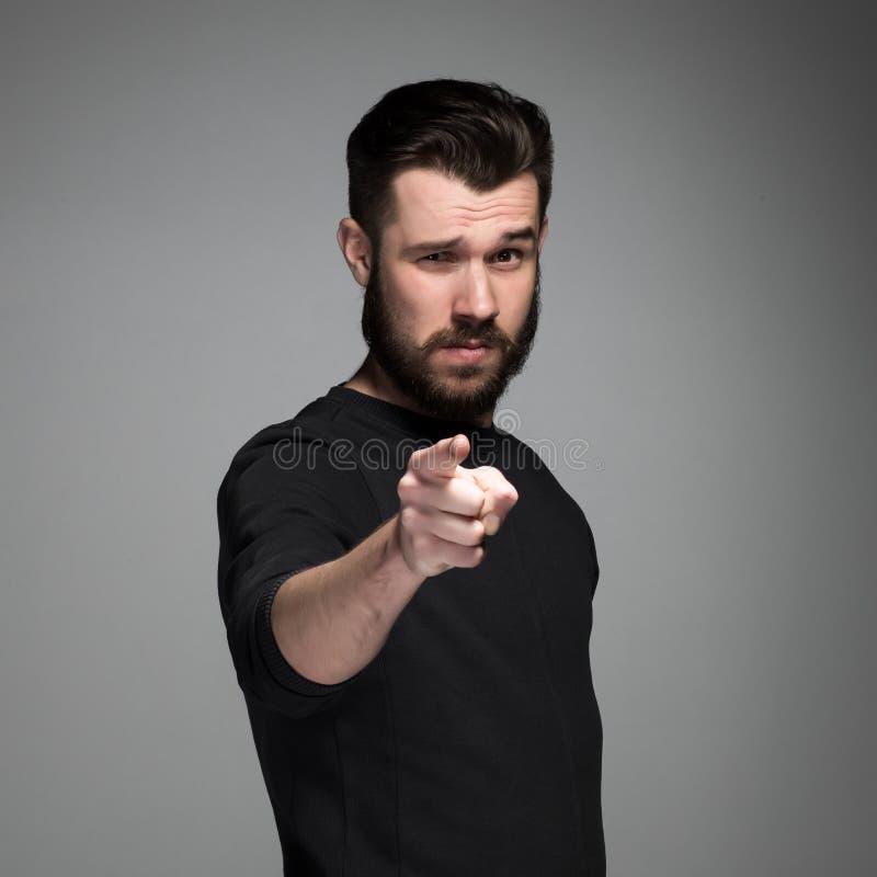 Homem novo com barba e bigodes, dedo foto de stock royalty free