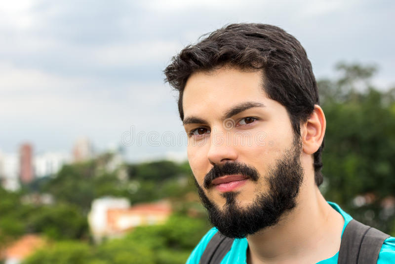 Homem novo com a barba que olha a câmera imagens de stock