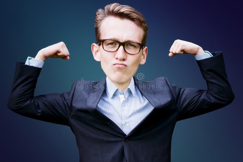 Homem novo com cabeça grande no terno que dobra seus músculos ilustração do vetor