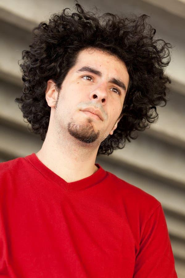 Homem novo com cabelo curly imagens de stock