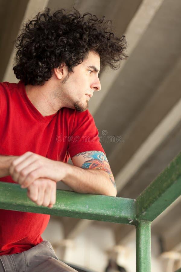 Homem novo com cabelo curly imagem de stock royalty free