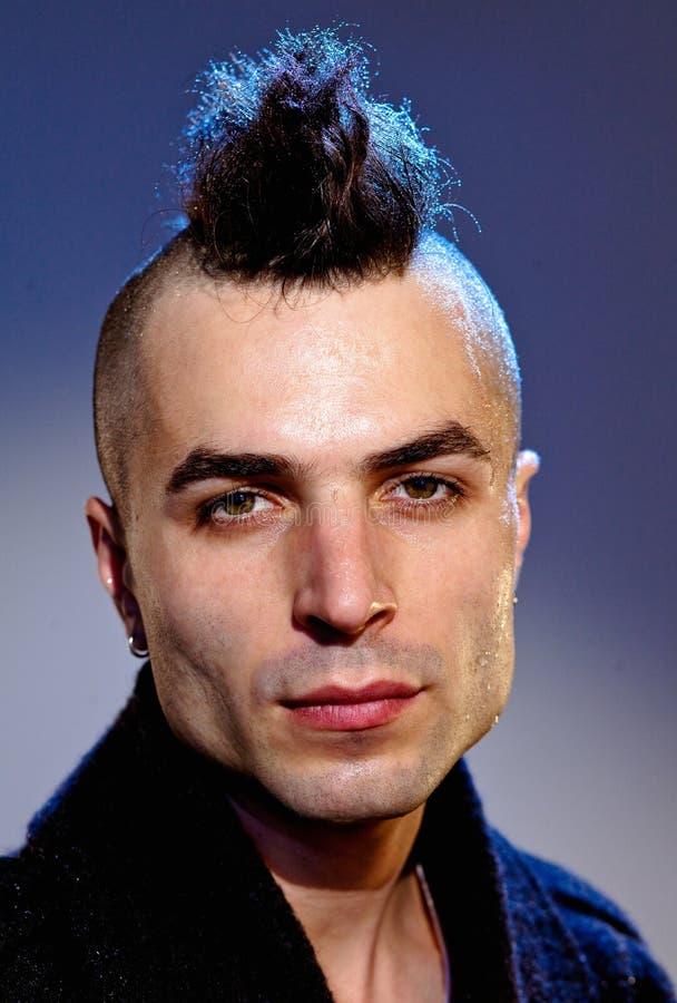 Homem novo com estilo de cabelo moderno foto de stock