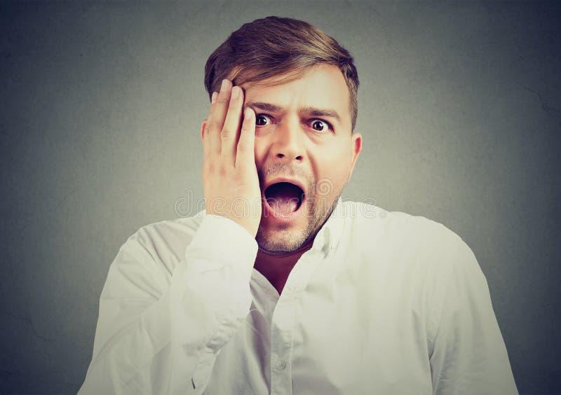 Homem novo com expressão facial chocada imagem de stock royalty free