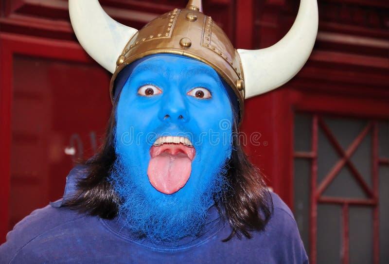 Homem novo com máscara azul em sua face foto de stock