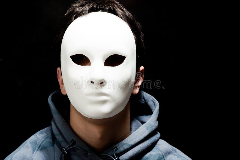 Homem novo com máscara branca fotos de stock royalty free