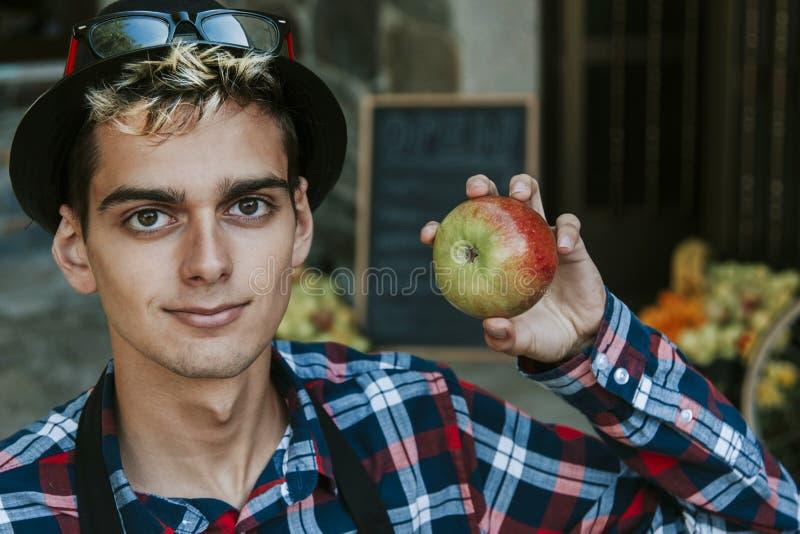 Homem novo com maçã foto de stock royalty free