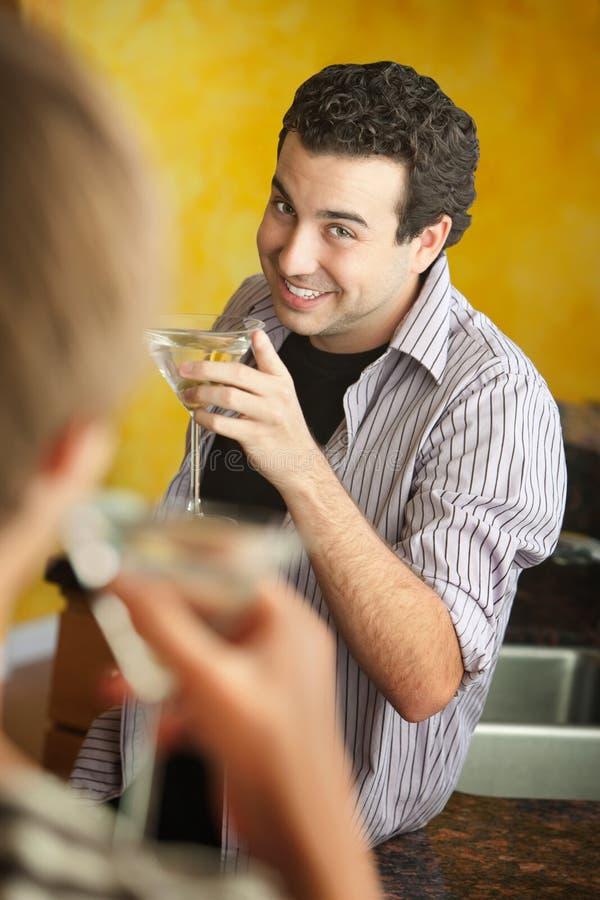 Homem novo com Martini fotografia de stock royalty free