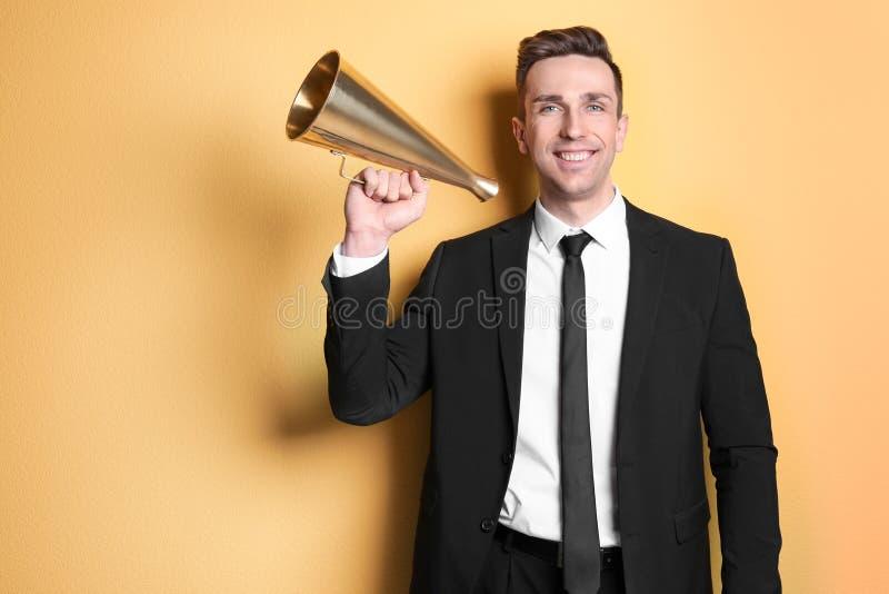 Homem novo com megafone foto de stock