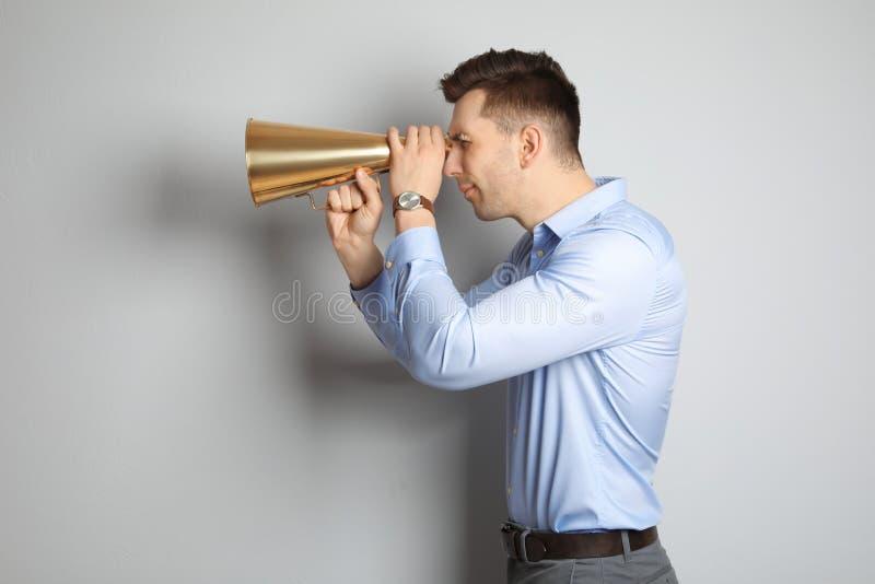 Homem novo com megafone fotos de stock