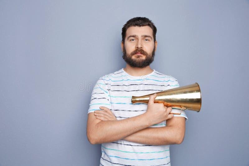 Homem novo com megafone fotografia de stock