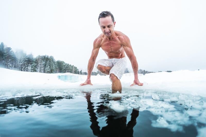 Homem novo com o corpo muscular magro que vai nadar imagem de stock royalty free