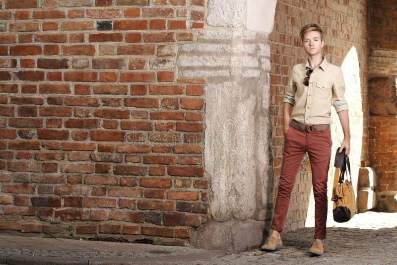 Homem novo com o saco na rua, cidade velha Gdansk foto de stock